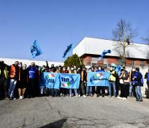 Amazon, protesta in strada